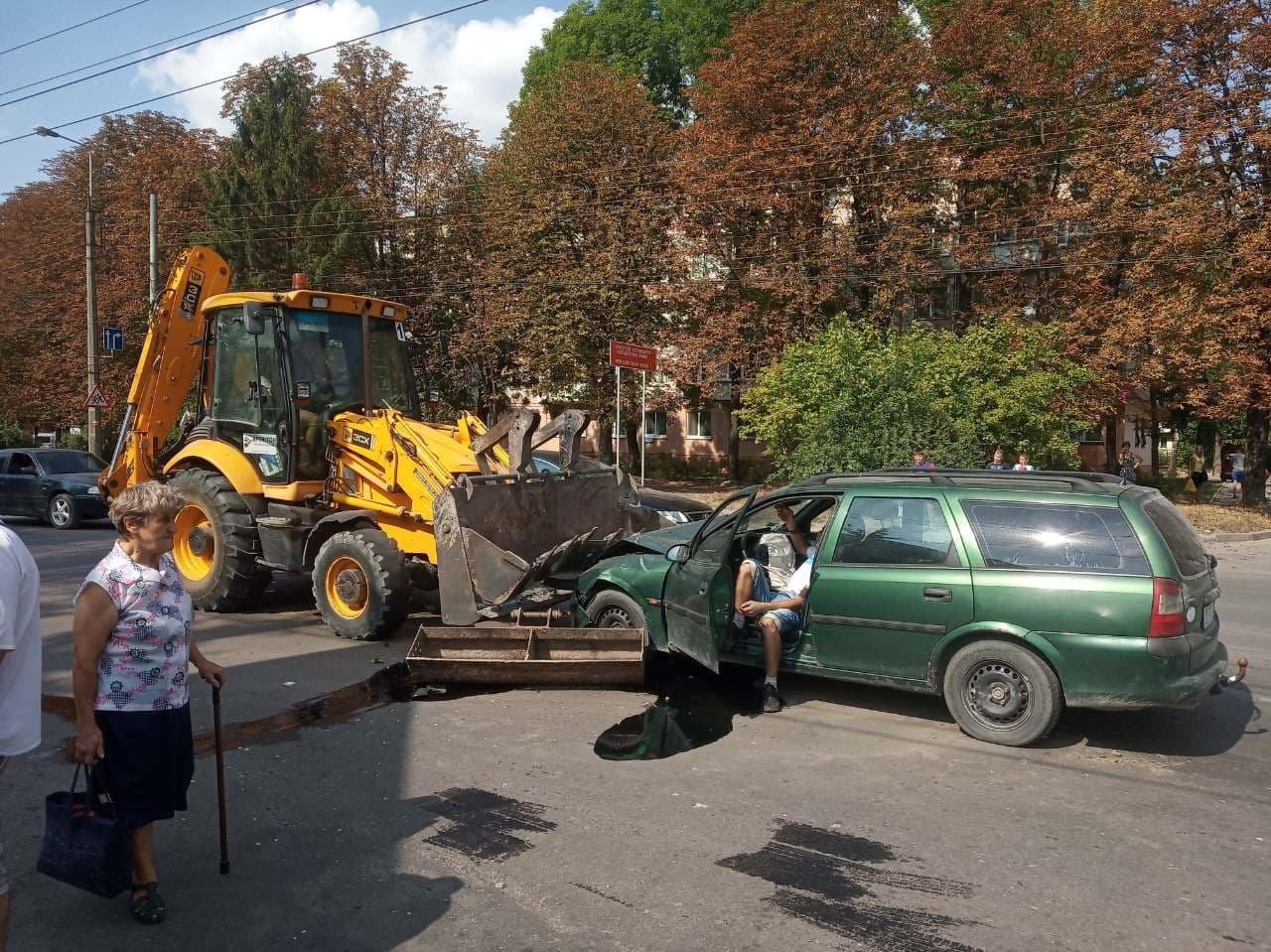 """ДТП у Тернополі: легковик на """"єврономерах"""" врізався у ківш екскаватора (ФОТО), фото-2"""