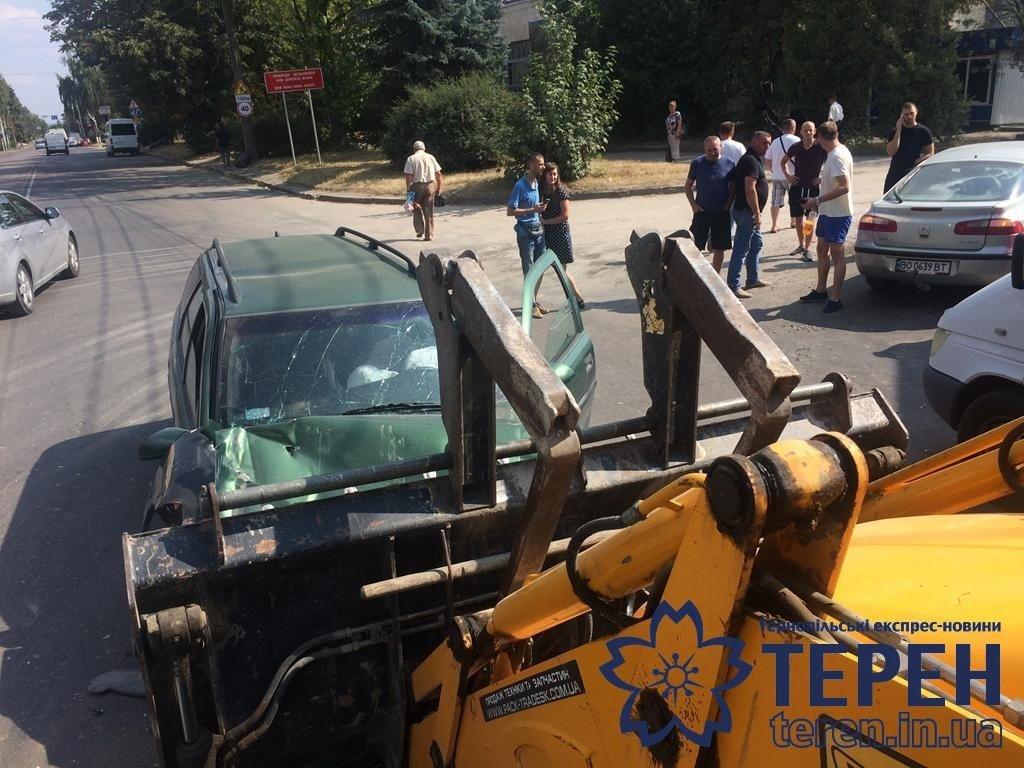 """""""Удар такої сили був, що вирвало ківш"""": з'ясувалися подробиці ДТП у Тернополі, в якій легковик зіткнувся із екскаватором (ФОТО), фото-5"""