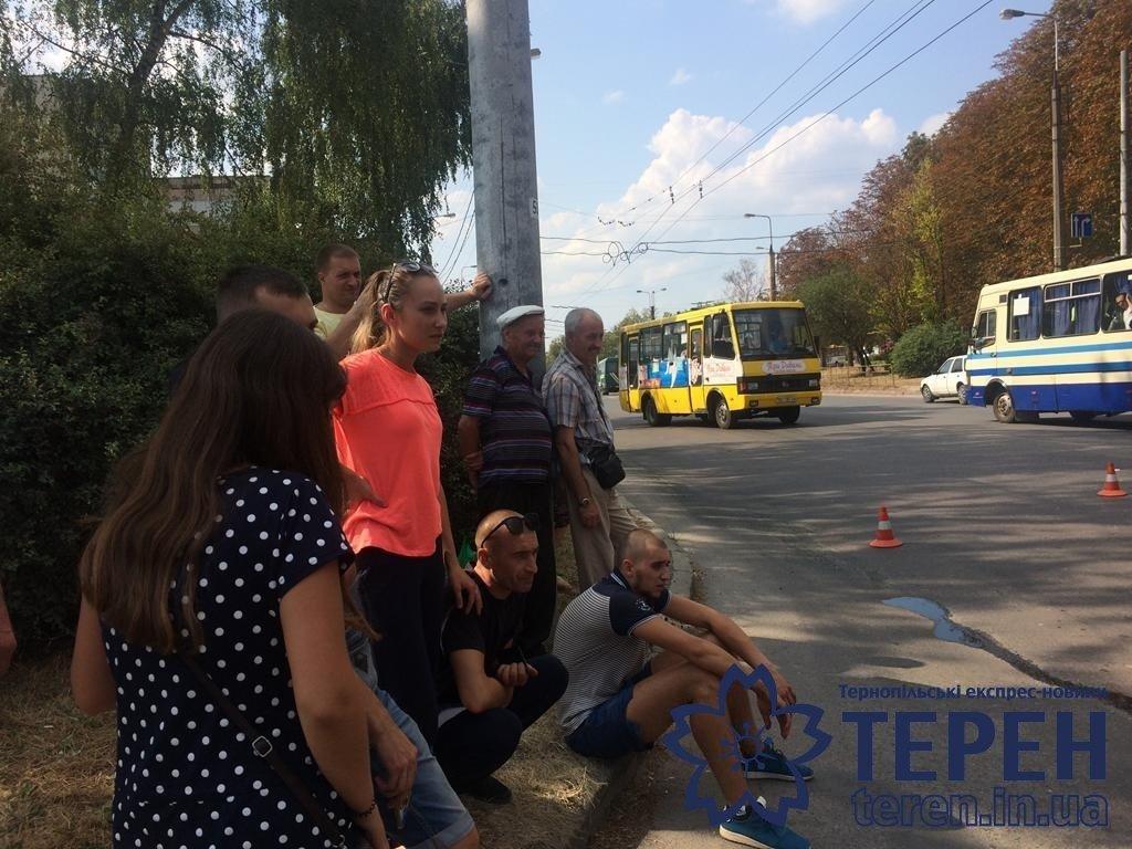 """""""Удар такої сили був, що вирвало ківш"""": з'ясувалися подробиці ДТП у Тернополі, в якій легковик зіткнувся із екскаватором (ФОТО), фото-2"""