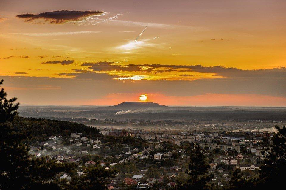У мережі показали як над горою, що на Тернопільщині, містично заходило сонце (ФОТОФАКТ), фото-1