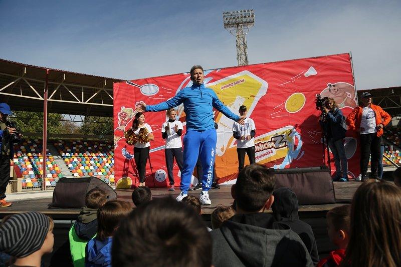 """""""Дітям на фізкультурі нецікаво, їх лякають """"козли"""": відомий шоумен приїхав до Тернополя, аби поганяти м'яча із дітьми (ФОТО), фото-4"""