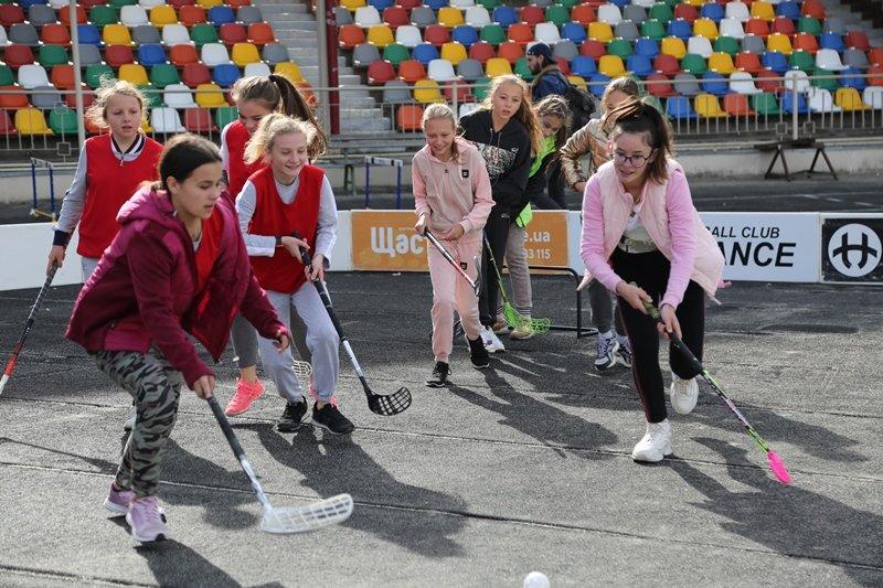 """""""Дітям на фізкультурі нецікаво, їх лякають """"козли"""": відомий шоумен приїхав до Тернополя, аби поганяти м'яча із дітьми (ФОТО), фото-6"""