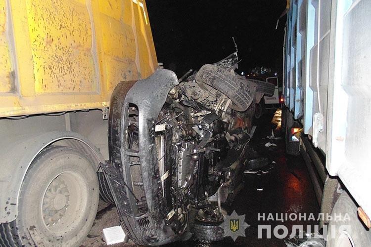 Іномарка перетворилась на купу брухту: в тернопільській поліції показали наслідки зіткнення авто з двома фурами (ФОТО), фото-2