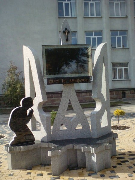 Сучасний пам'ятник захисникам України відкрили в Теребовлі на Тернопільщині (ВІДЕО), фото-1
