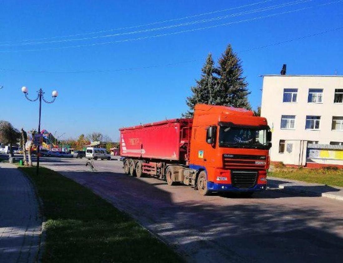 """""""Цілу ніч не можливо зімкнути очей, через вантажівки"""":  на Тернопільщині нищать центральну вулицю одного з містечок (ФОТО), фото-1"""