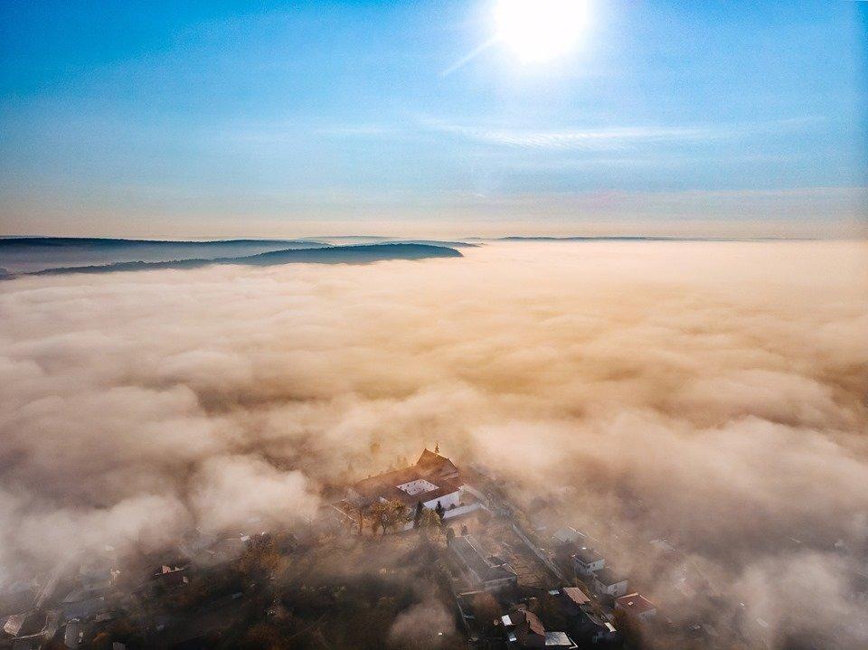 """""""Як з книжки казок"""": неймовірні світлини містечка на Тернопільщині, оповитого туманом (ФОТО), фото-2"""