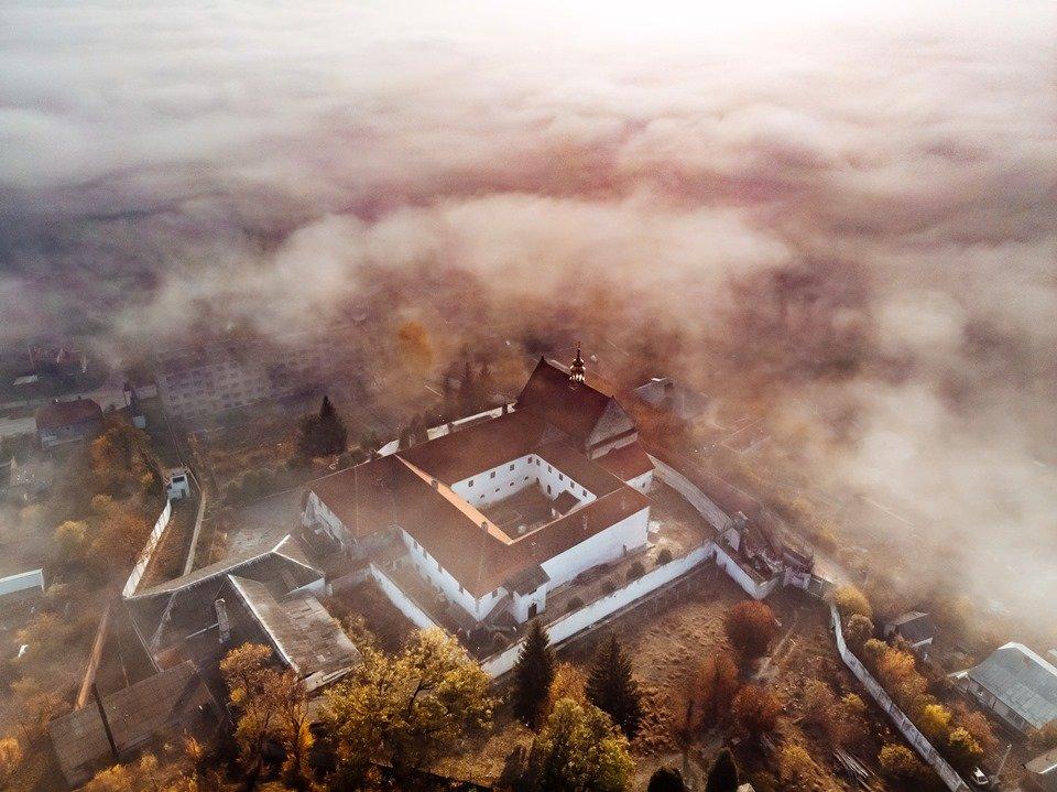 """""""Як з книжки казок"""": неймовірні світлини містечка на Тернопільщині, оповитого туманом (ФОТО), фото-1"""