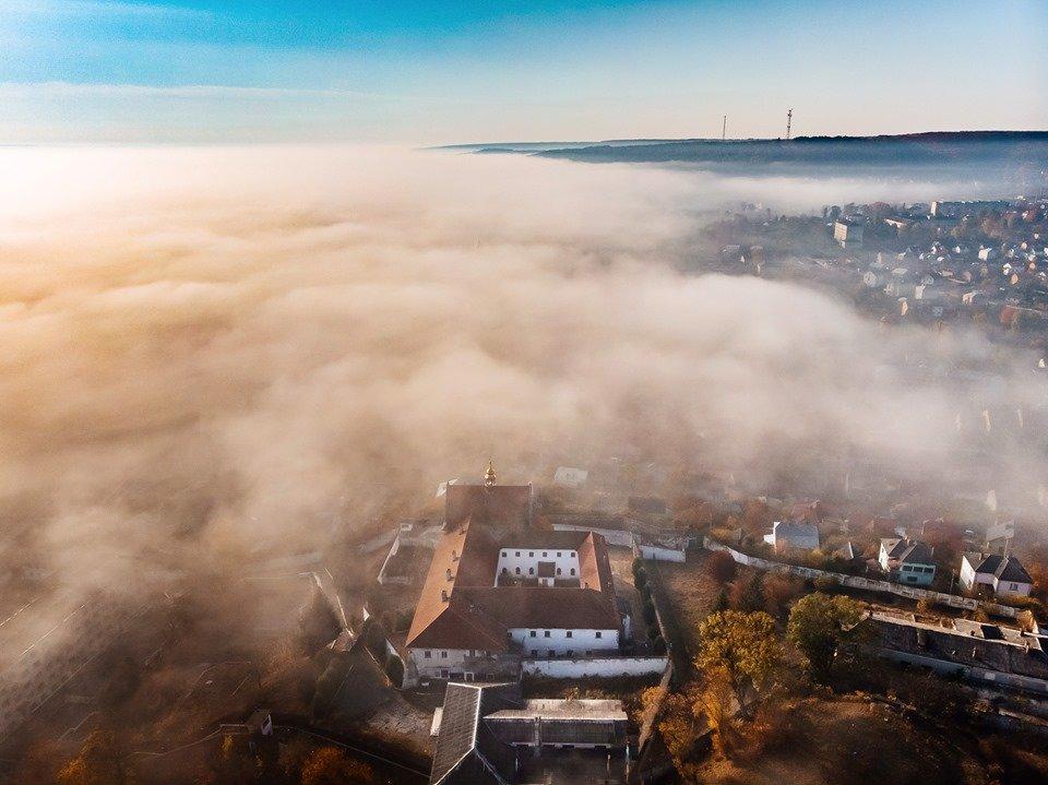 """""""Як з книжки казок"""": неймовірні світлини містечка на Тернопільщині, оповитого туманом (ФОТО), фото-5"""