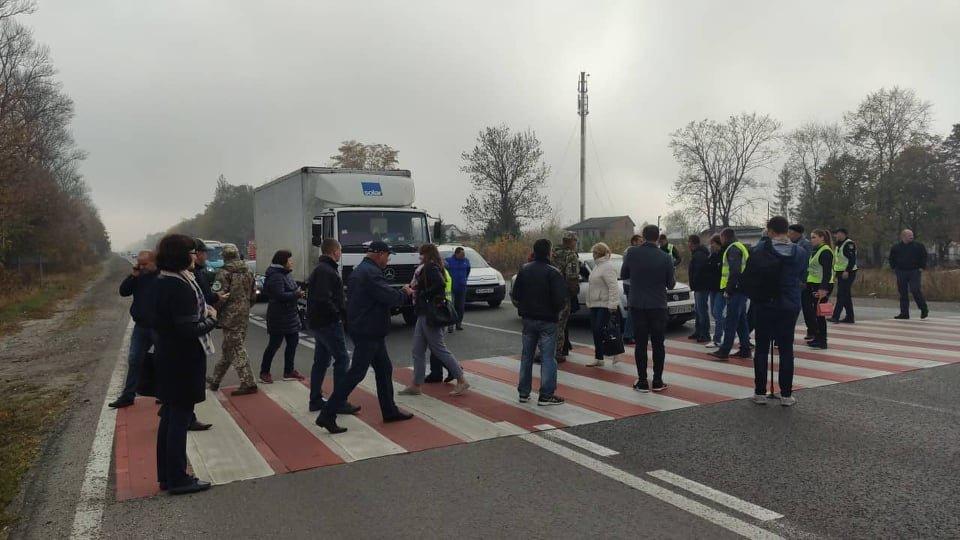 Біля тернопільського аеропорту перекрили дорогу: люди вимагають ремонту дороги, через проблеми на якій загинула дівчина (ФОТО), фото-1