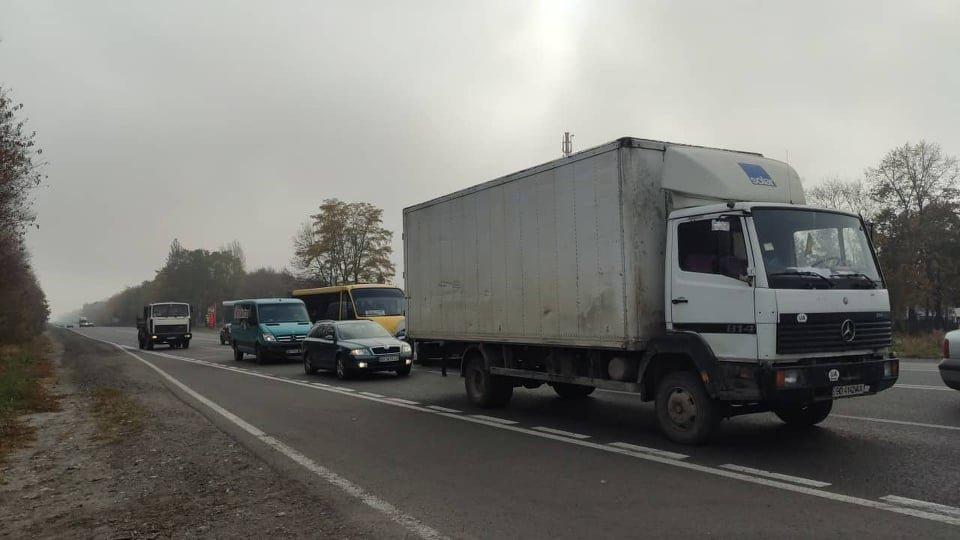 Біля тернопільського аеропорту перекрили дорогу: люди вимагають ремонту дороги, через проблеми на якій загинула дівчина (ФОТО), фото-2