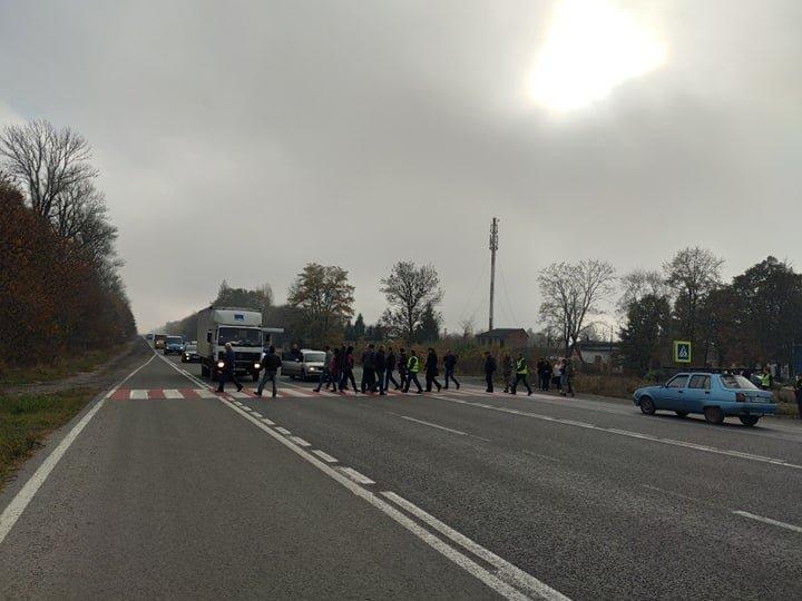 Біля тернопільського аеропорту перекрили дорогу: люди вимагають ремонту дороги, через проблеми на якій загинула дівчина (ФОТО), фото-3