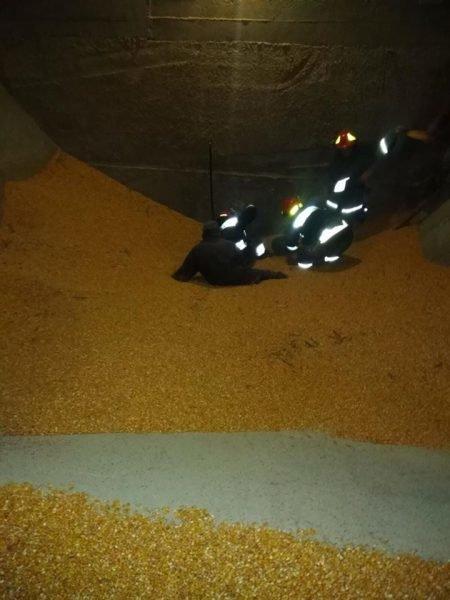 """""""Жахливий випадок"""": у сусідній області двох людей на смерть засипало кукурудзою (ФОТО), фото-1"""