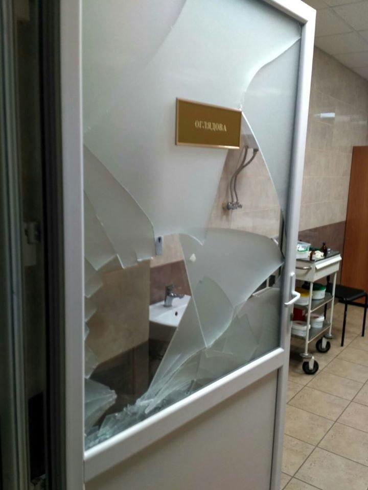 П'яна компанія потрощила двері у приймальному відділенні тернопільської лікарні (ФОТО), фото-1