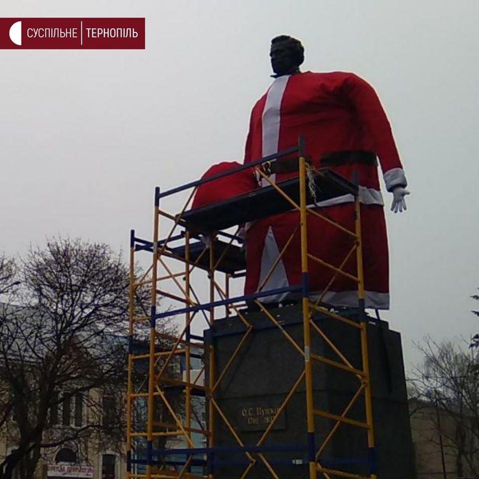 У Тернополі пам'ятник Пушкіну одягають у костюм Йолупуккі (ФОТОФАКТ), фото-1