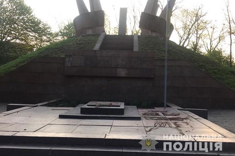 Серед ночі облили фарбою пам'ятний монумент та фасад церкви, поліція затримала п'ятеро хлопців (ФОТО), фото-1