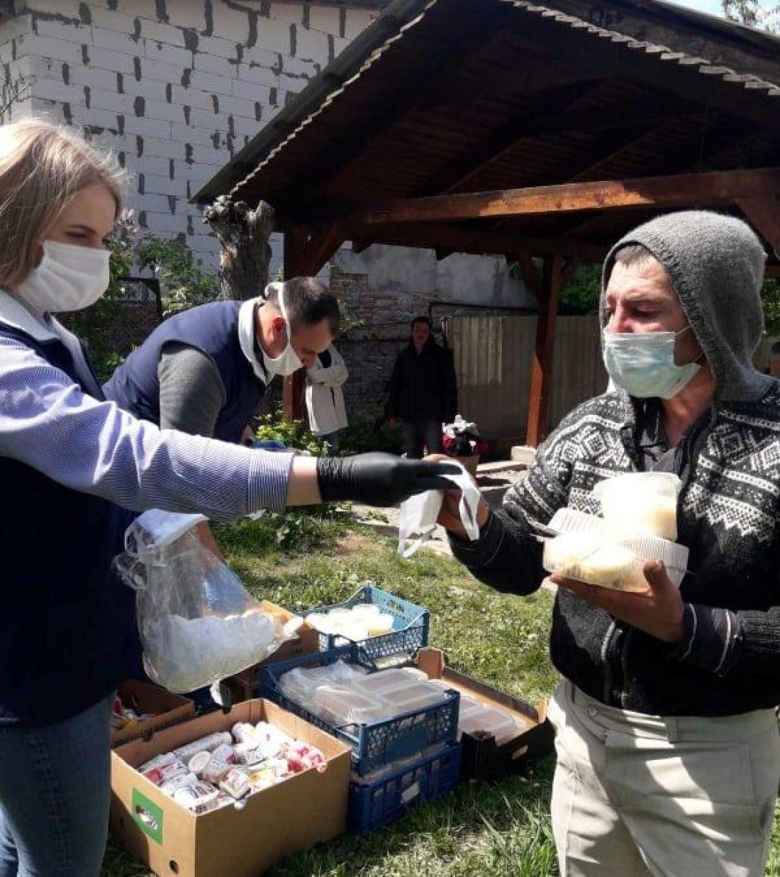 У Тернополі безхатькам продовжують роздавати безкоштовні обіди (ФОТО), фото-1