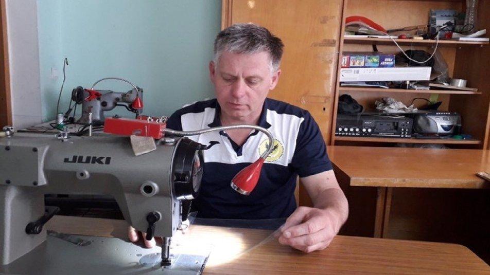 Тернопільський тренер з віндсерфінгу на карантині з вітрильної плівки робить захисні щитки (ВІДЕО), фото-1
