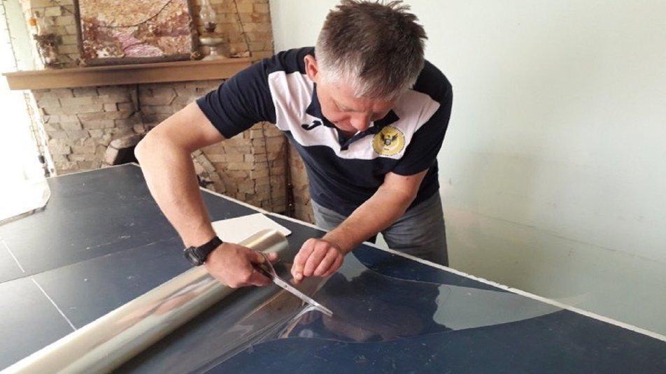 Тернопільський тренер з віндсерфінгу на карантині з вітрильної плівки робить захисні щитки (ВІДЕО), фото-2