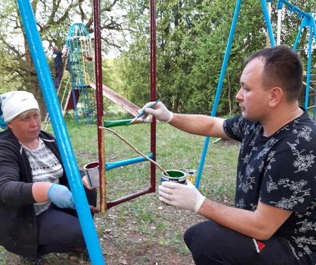 На Тернопільщині священник разом з громадою оновили дитячий майданчик (ФОТОФАКТ), фото-1