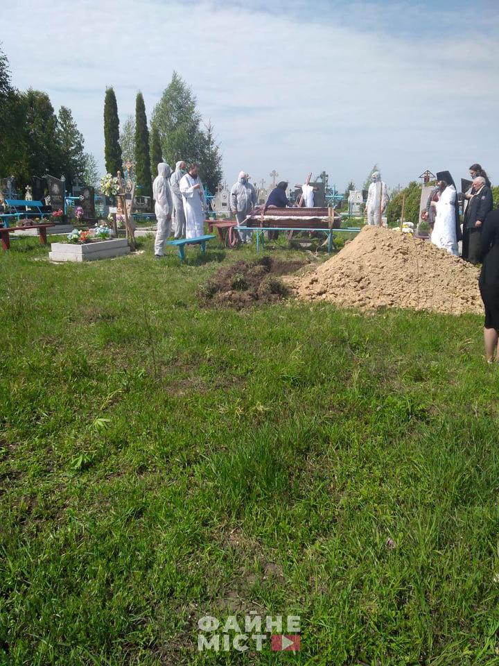 """""""Без спеціального мішка для тіла - ніяк"""": на Тернопільщині похоронили ще одного померлого від коронавірусу (ФОТО, 18+), фото-3"""