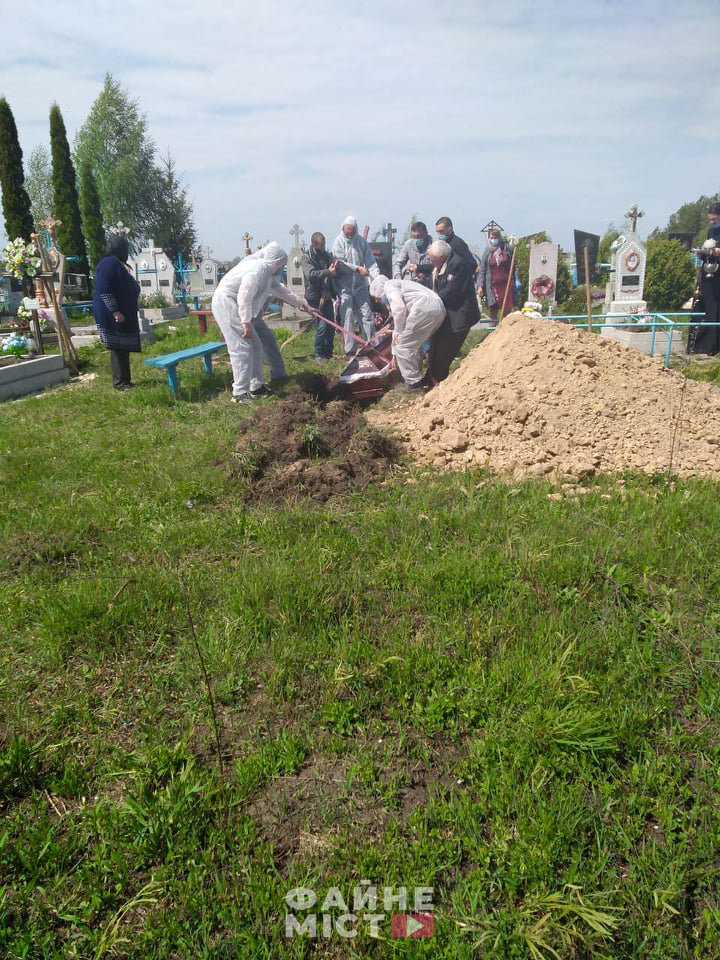 """""""Без спеціального мішка для тіла - ніяк"""": на Тернопільщині похоронили ще одного померлого від коронавірусу (ФОТО, 18+), фото-4"""