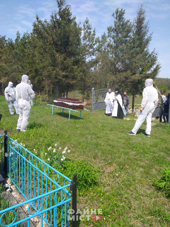 """""""Без спеціального мішка для тіла - ніяк"""": на Тернопільщині похоронили ще одного померлого від коронавірусу (ФОТО, 18+), фото-8"""