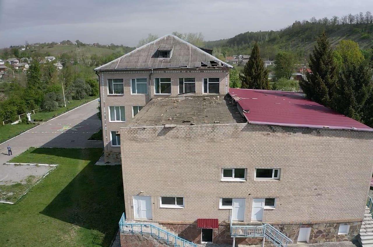 У селі на Тернопільщині шквальний вітер зірвав зі школи половину даху (ФОТО), фото-1
