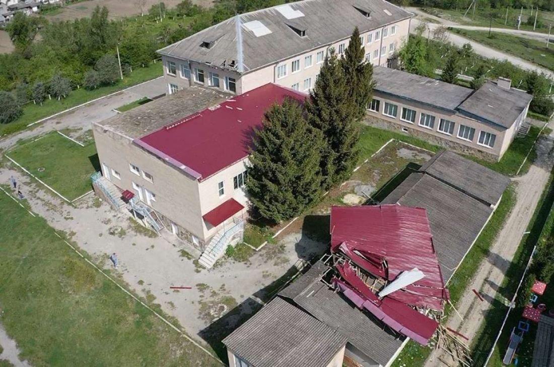У селі на Тернопільщині шквальний вітер зірвав зі школи половину даху (ФОТО), фото-2
