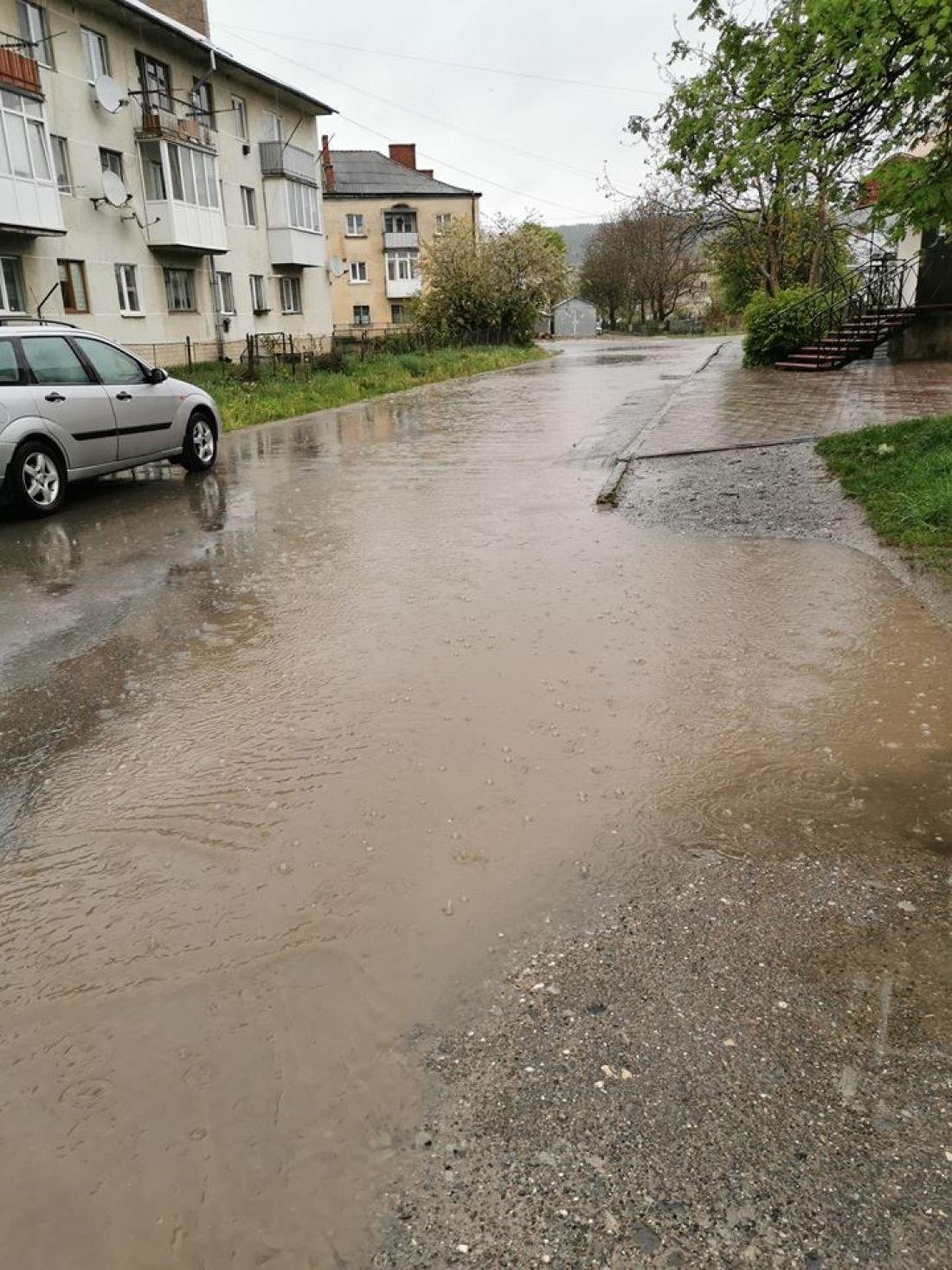 Потоки води та бруду: на Тернопільщині відремонтована дорога після дощу стає схожа на річку (ФОТО), фото-1