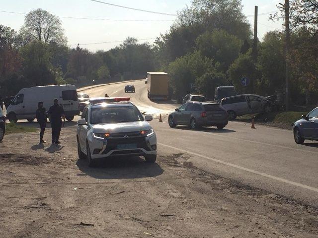 Автівка опинилася на узбіччі: під Тернополем трапилась ДТП (ФОТО), фото-1