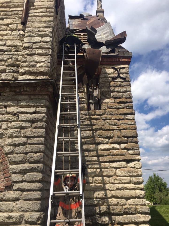 """На Тернопільщині шквальний вітер """"здер"""" частину даху з костелу (ФОТО), фото-3"""
