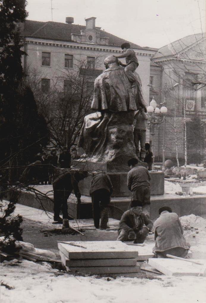 Оприлюднено чорно-білі світлини встановлення пам'ятника Тарасу Шевченку у Тернополі (ФОТОРЕПОРТАЖ), фото-5