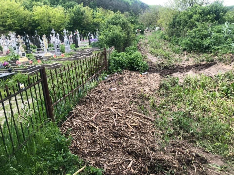 Купа води і сміття: на Тернопільщині через чуже недбальство затопило кладовище, фото-1