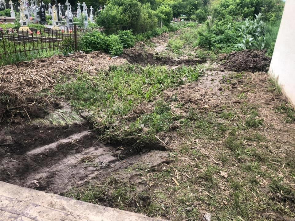 Купа води і сміття: на Тернопільщині через чуже недбальство затопило кладовище, фото-2