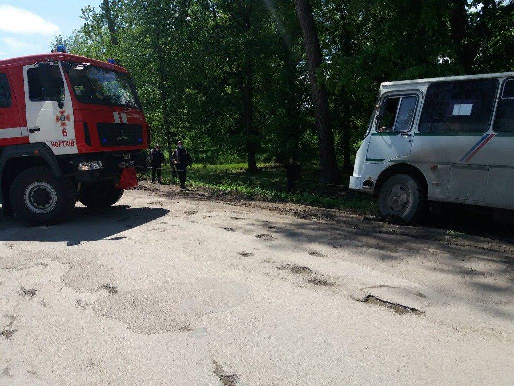 На Тернопільщині автобус злетів у кювет: його витягували рятувальники (ФОТОФАКТ), фото-1