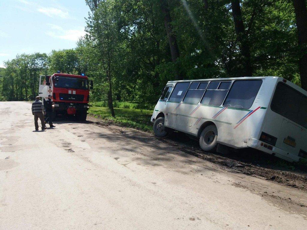 На Тернопільщині автобус злетів у кювет: його витягували рятувальники (ФОТОФАКТ), фото-2