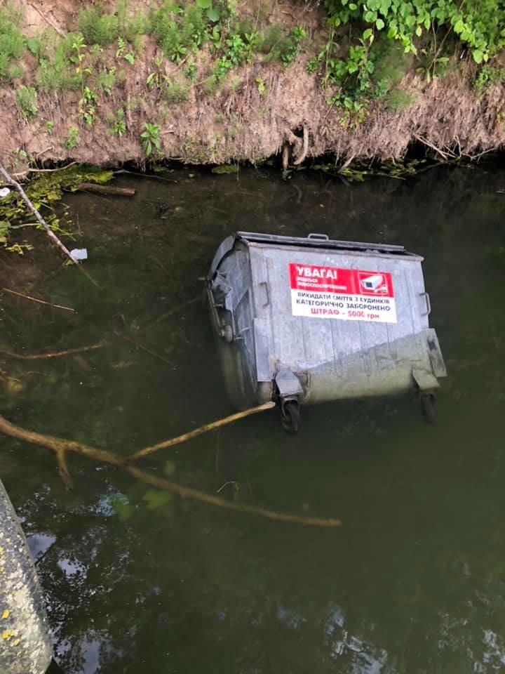 """Скинули контейнери у воду: як у Тернополі """"оцінили"""" заклик не смітити в лісі (ФОТО), фото-1"""