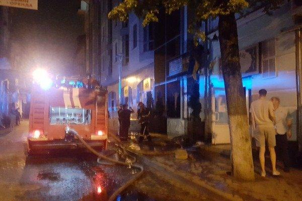 У Тернополі посеред ночі горів відомий паб, людей евакуювали (ФОТО), фото-1