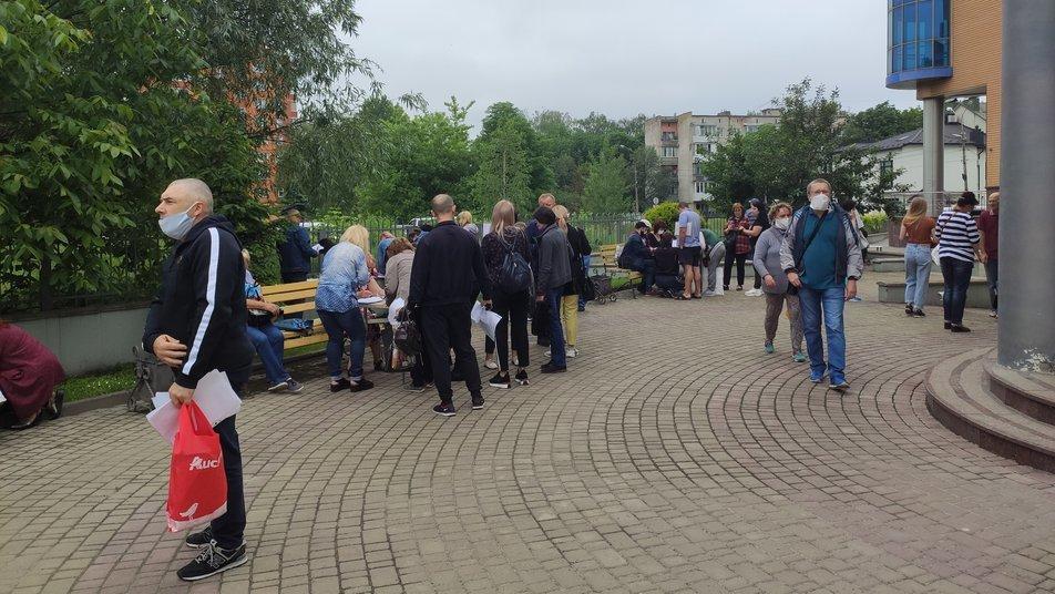 У Тернополі біля центру зайнятості утворилися черги з підприємців (ФОТО), фото-1