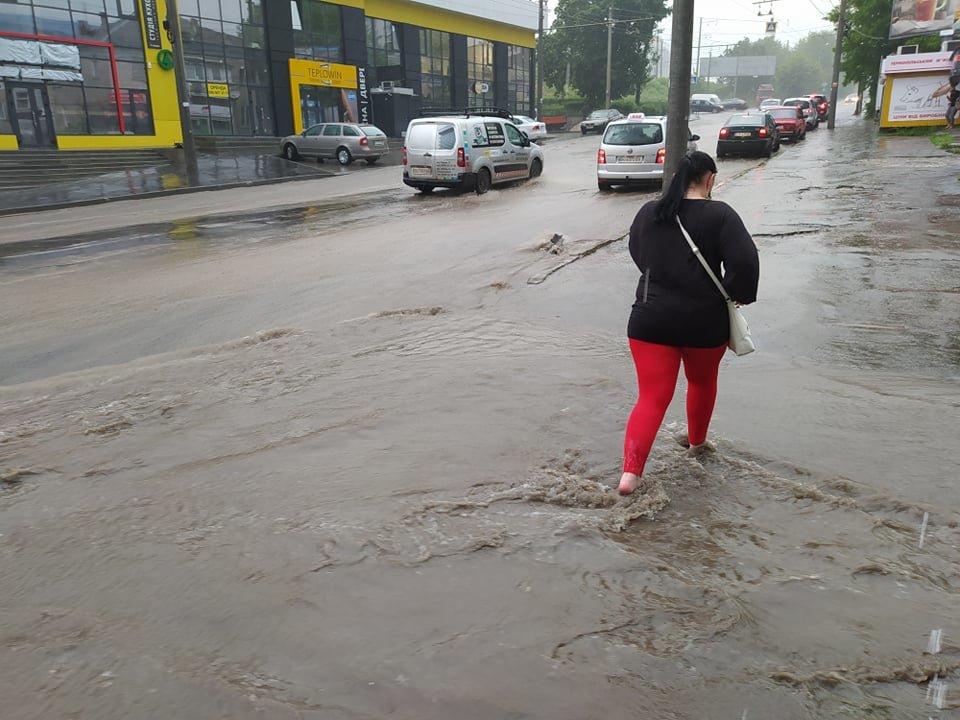 """""""Стрімкий потік"""": після зливи у Тернополі автомобілі """"плавали"""" вулицями (ФОТОФАКТ), фото-1"""
