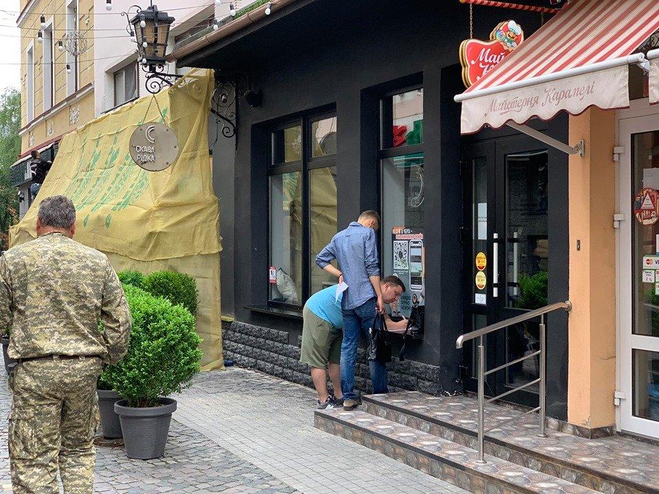 Закрите кафе та люди зі зброєю: у Тернополі конфлікт через приміщення у центрі міста (ФОТО, ВІДЕО), фото-4
