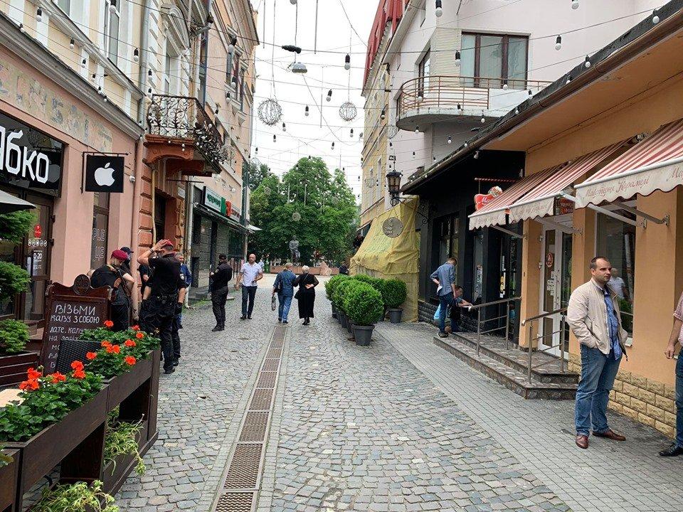 Закрите кафе та люди зі зброєю: у Тернополі конфлікт через приміщення у центрі міста (ФОТО, ВІДЕО), фото-3