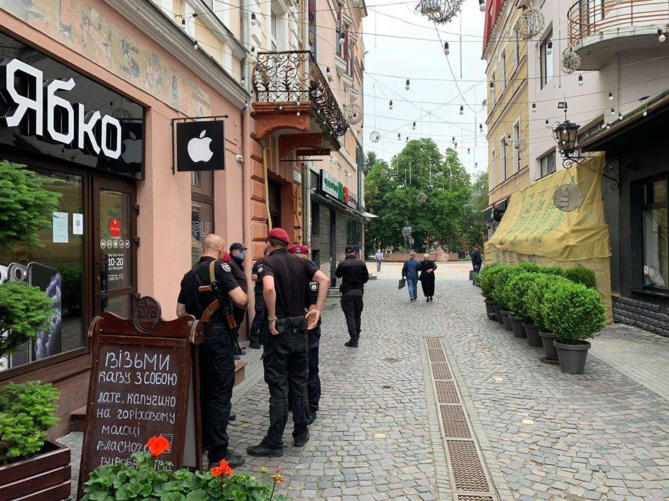 Закрите кафе та люди зі зброєю: у Тернополі конфлікт через приміщення у центрі міста (ФОТО, ВІДЕО), фото-2