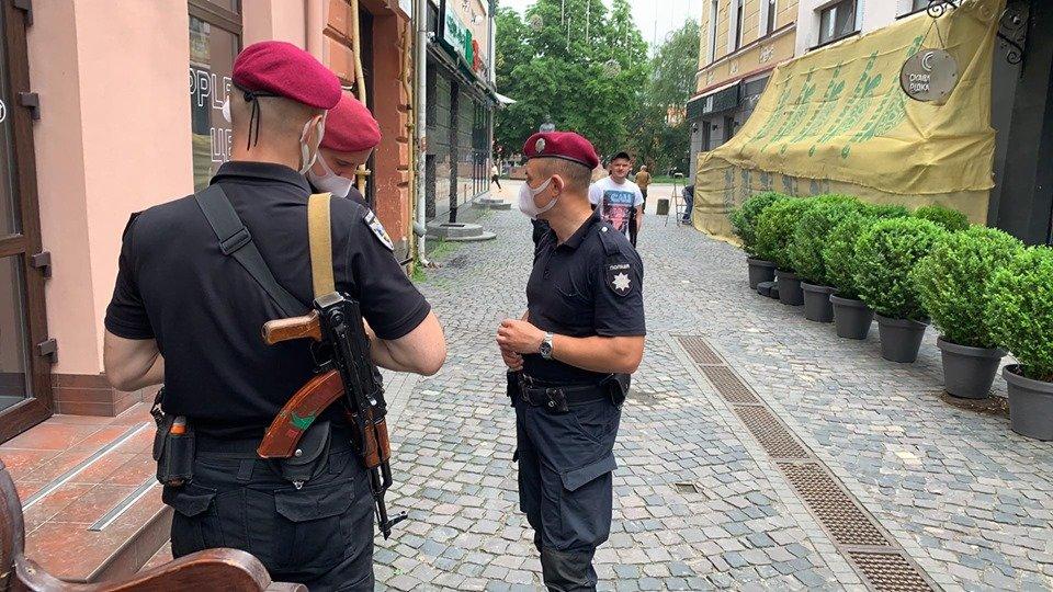 Закрите кафе та люди зі зброєю: у Тернополі конфлікт через приміщення у центрі міста (ФОТО, ВІДЕО), фото-1