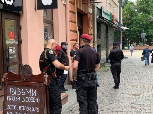 Закрите кафе та люди зі зброєю: у Тернополі конфлікт через приміщення у центрі міста (ФОТО, ВІДЕО), фото-5