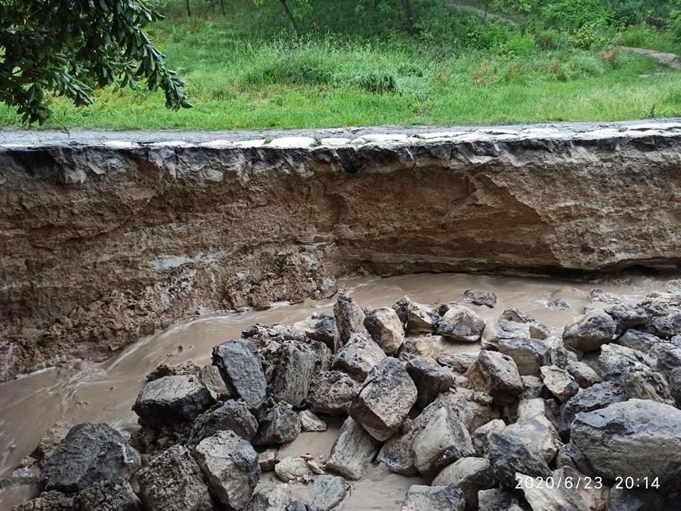 Каміння підмило й утворилось провалля: сильні дощі зруйнували дорогу до знаменитої гори на Тернопільщині (ФОТО), фото-2