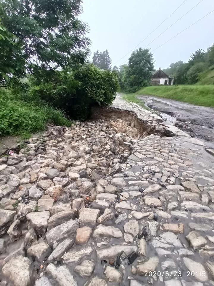 Каміння підмило й утворилось провалля: сильні дощі зруйнували дорогу до знаменитої гори на Тернопільщині (ФОТО), фото-4