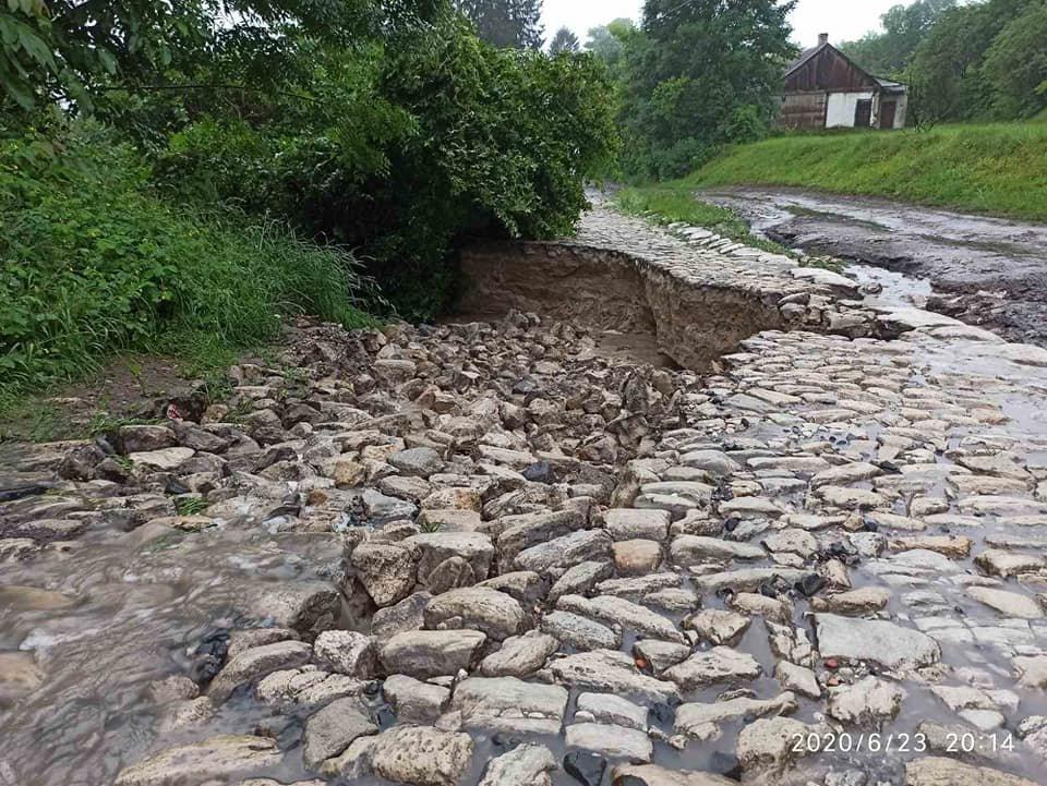 Каміння підмило й утворилось провалля: сильні дощі зруйнували дорогу до знаменитої гори на Тернопільщині (ФОТО), фото-3