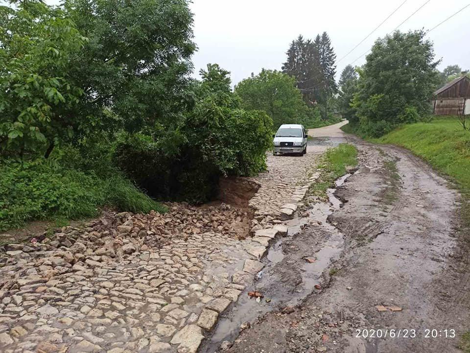 Каміння підмило й утворилось провалля: сильні дощі зруйнували дорогу до знаменитої гори на Тернопільщині (ФОТО), фото-1
