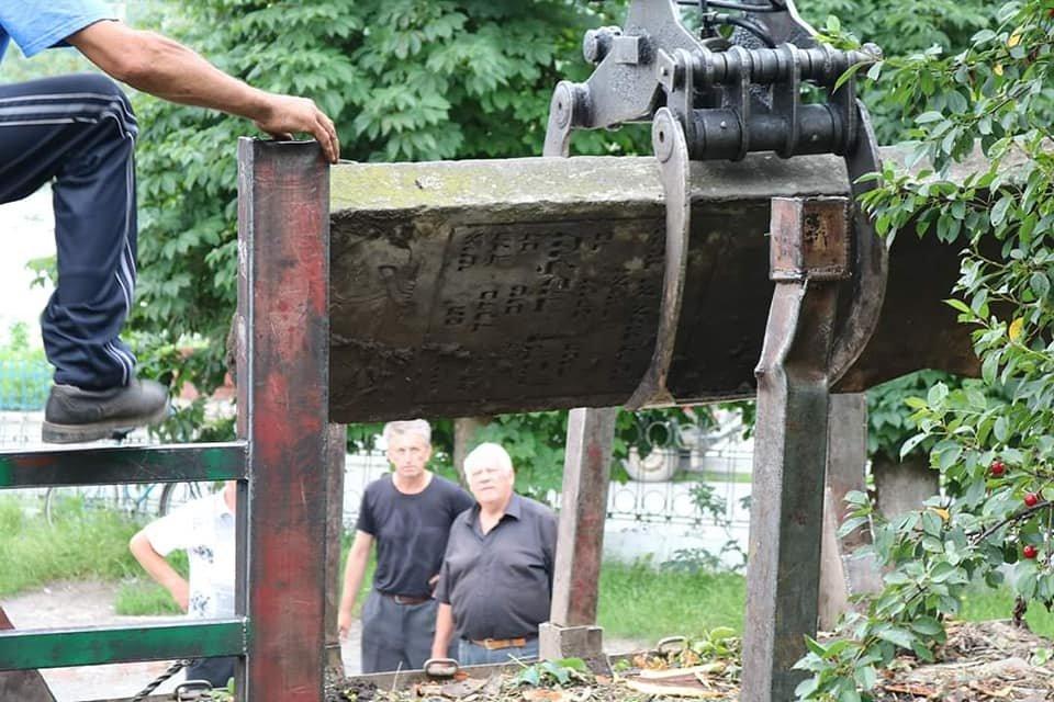 """""""Це жах"""": на Тернопільщині з єврейських надгробків зробили сходи до двірного туалету (ФОТО), фото-1"""